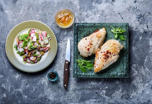 Peitos de frango grelhados e saudáveis