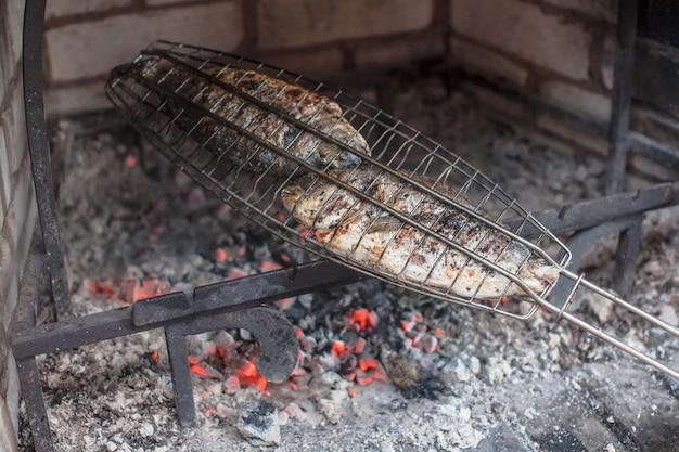 Peixe apetitoso em grelha de aço, frito na grelha