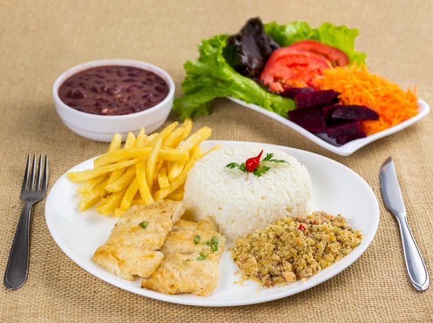 Peixe, arroz, feijão, batata e migalhas com acompanhamentos