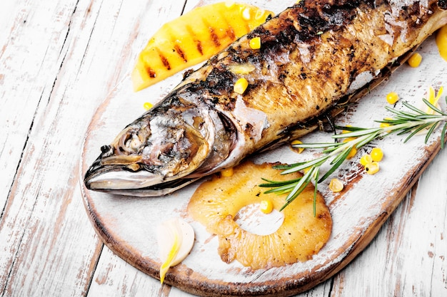 Peixe assado com abacaxi