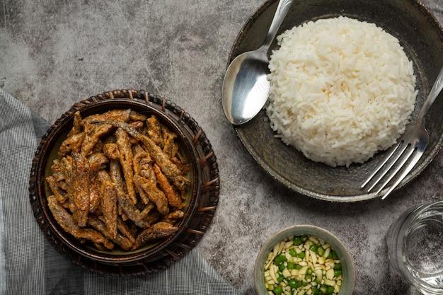 Peixe assado com conceito asiático de frutos do mar de molho.