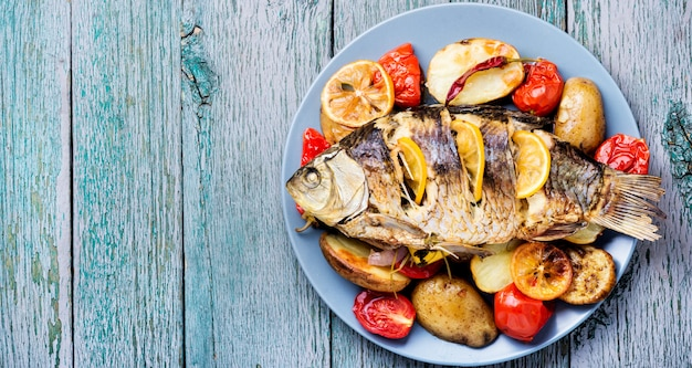Peixe assado com enfeite de vegetal