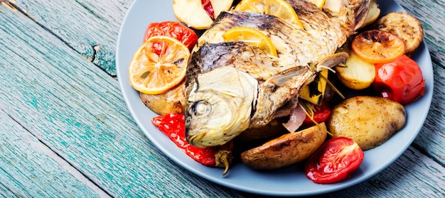 Peixe assado com guarnição de legumes