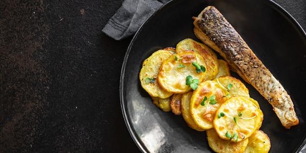 Peixe assado e fatia de batata frita enfeitam frutos do mar com refeição dietética ômega