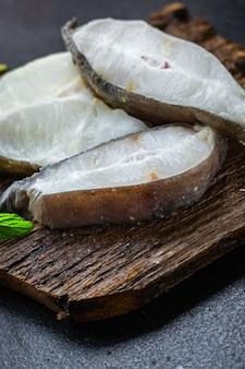 Peixe bagre pedaço de marisco bife cru comida saudável refeição cópia espaço comida fundo rústico vista superior