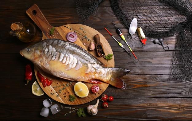 Peixe carpa com especiarias e legumes