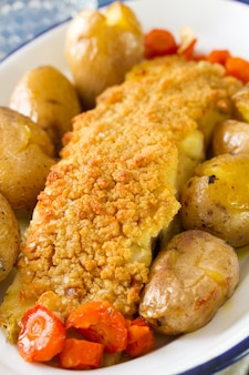 Peixe, com, batata, e, cenoura, ligado, prato