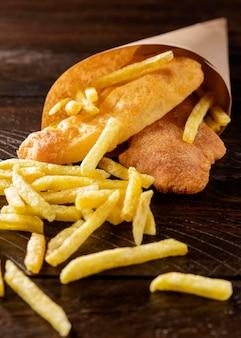 Peixe com batata frita no cone de papel