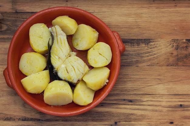 Peixe com batata no prato de cerâmica
