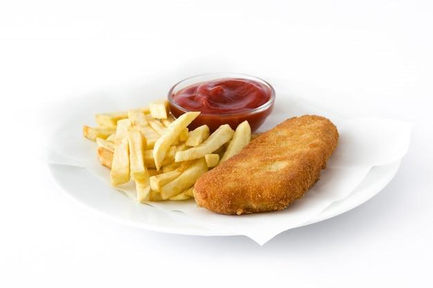 Peixe com batatas fritas britânico tradicional isolado no branco