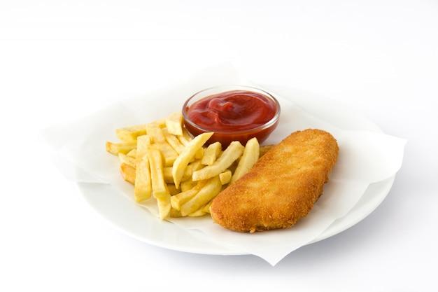 Peixe com batatas fritas britânico tradicional isolado no fundo branco