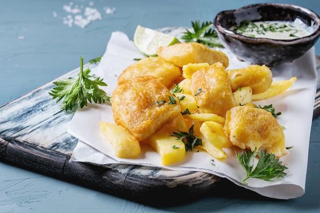 Peixe com batatas fritas com molho