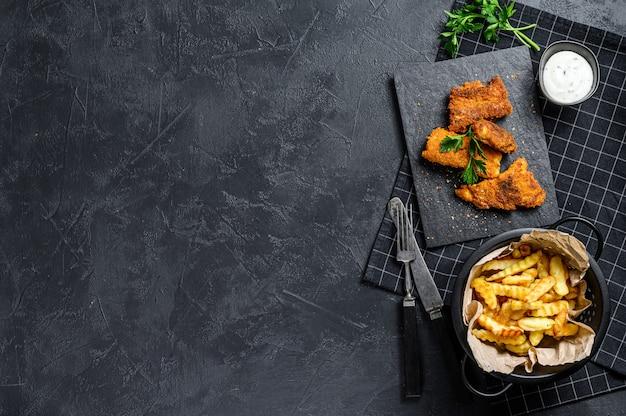 Peixe com batatas fritas, comida tradicional inglesa. vista do topo. copie o espaço
