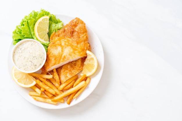 Peixe com batatas fritas em um prato branco
