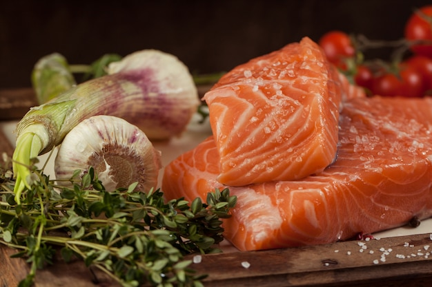 Peixe com legumes e especiarias