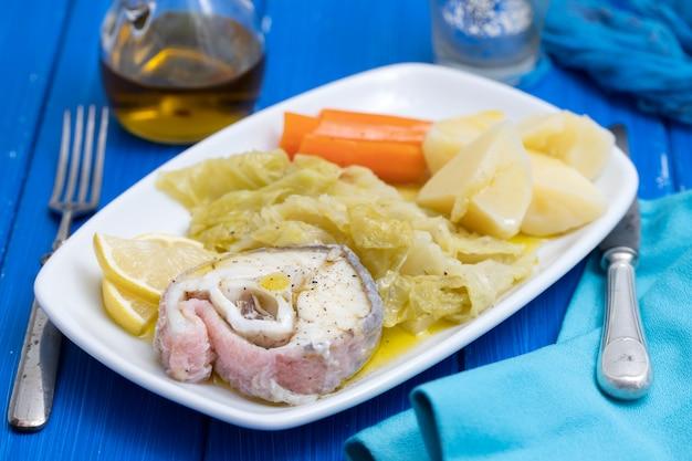 Peixe cozido com legumes cozidos no prato