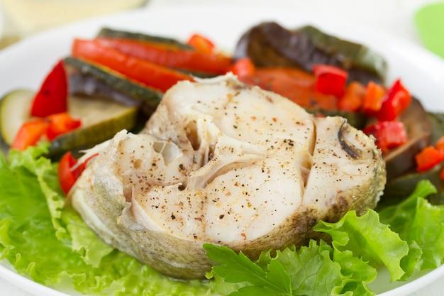 Peixe cozido com legumes cozidos