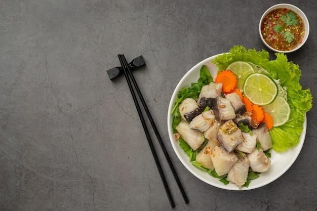 Peixe cozido com molho picante e vegetais