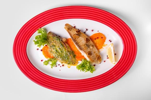 Peixe cozido delicioso e alface