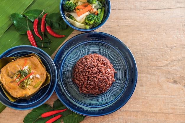 Peixe cozido no vapor com pasta de curry e arroz berry