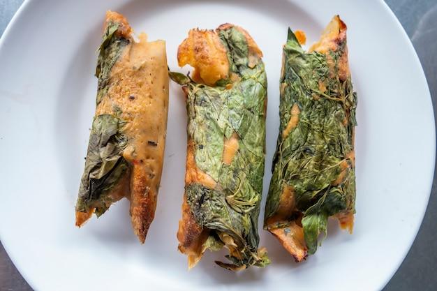 Peixe cozido no vapor com pasta de curry e manjericão