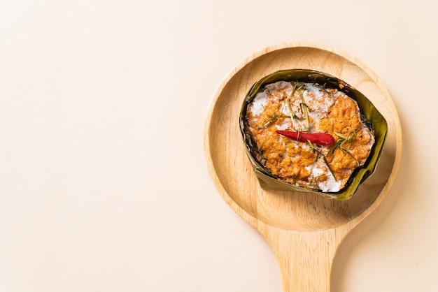 Peixe cozido no vapor com pasta de curry