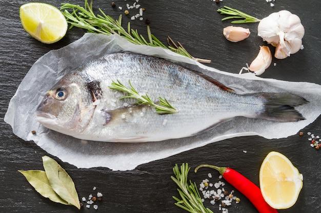 Peixe cru e ingredientes