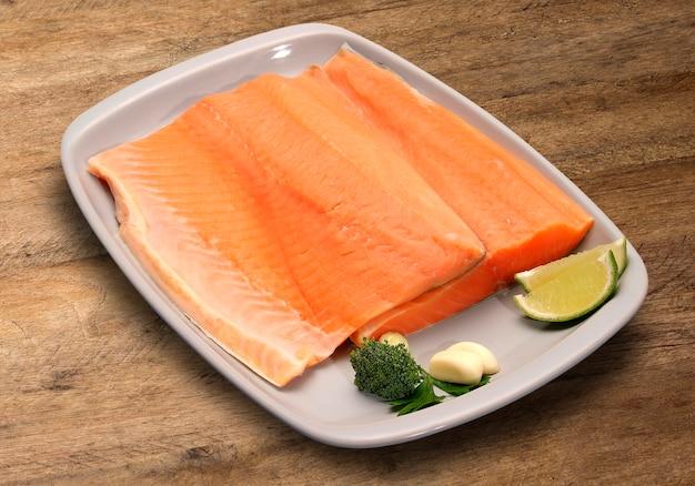 Peixe cru em fundo de madeira. salmão