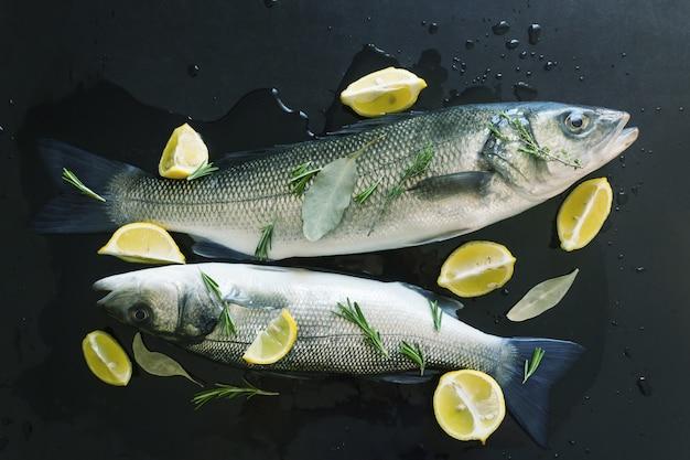 Peixe cru fresco preparado para assar