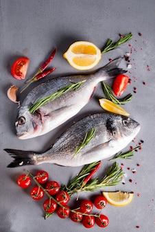 Peixe cru fresco