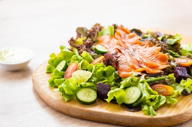 Peixe de carne de salmão fumado cru
