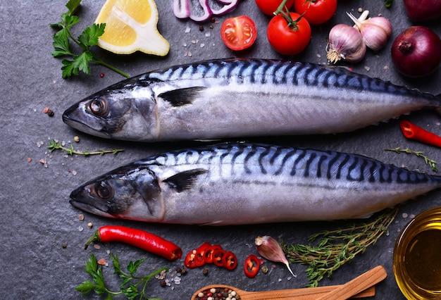 Peixe de cavala com especiarias e vegetais