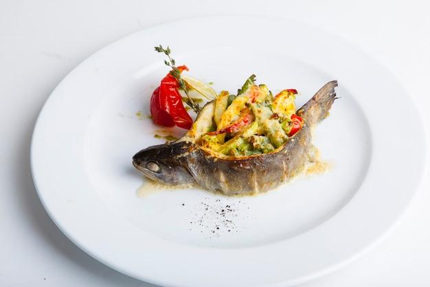 Peixe de churrasco recheado com vegetais e queijo