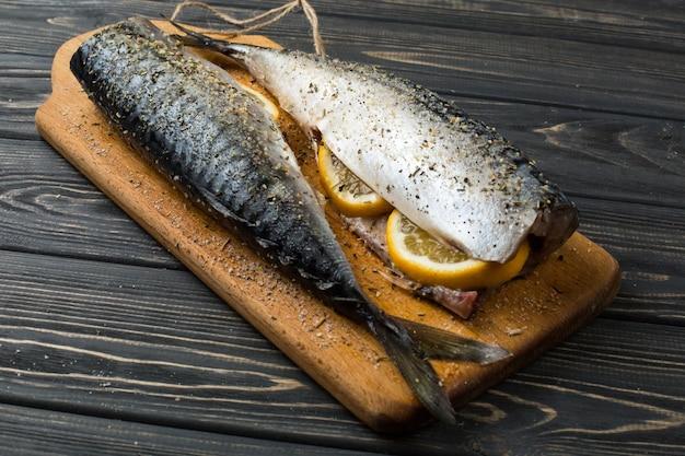 Peixe de mar fresco com limão na mesa