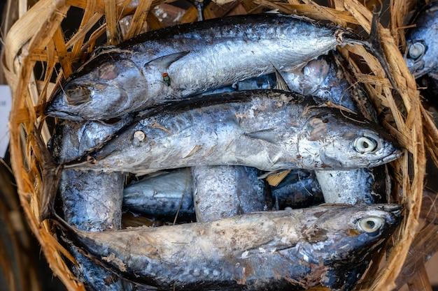 Peixe de mar salgado no mercado de rua em ubud, bali, indonésia. conceito de frutos do mar. peixe cru para cozinhar, close up