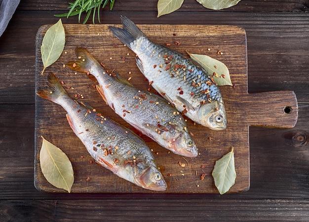 Peixe de rio crucian e poleiro em especiarias e sal