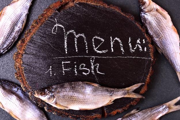 Peixe de rio curado ram em um cânhamo de madeira