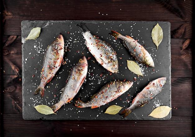 Peixe de rio raspado crucian e poleiro em especiarias e sal \