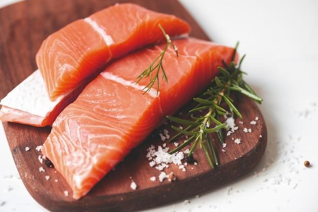 Peixe de salmão fresco, filé de salmão cru com ervas e especiarias de alecrim de limão