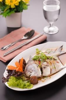 Peixe de vapor de xaputas brancas, comida chinesa