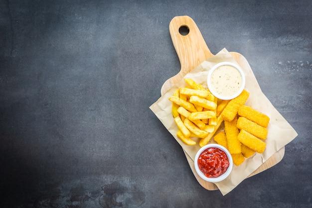 Peixe dedo e batatas fritas ou chips com ketchup de tomate