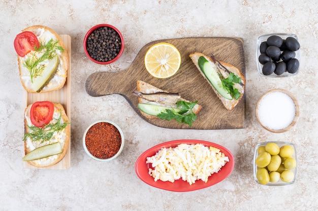 Peixe defumado com pão na tábua de madeira