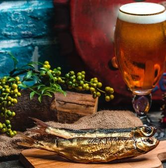 Peixe defumado e um copo de cerveja