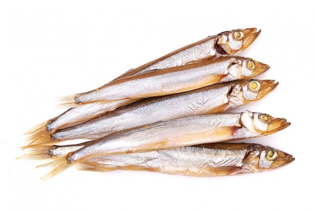 Peixe defumado isolado no fundo branco