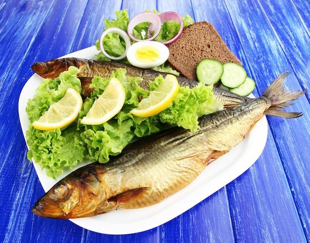 Peixe defumado no prato de perto