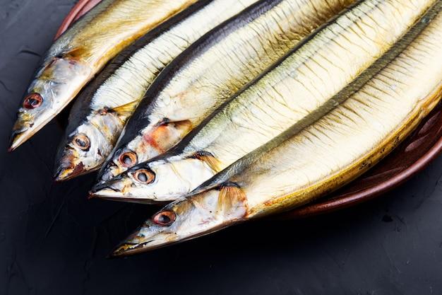 Peixe defumado quente no prato