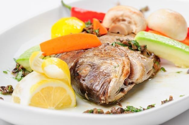 Peixe dorada assado com legumes
