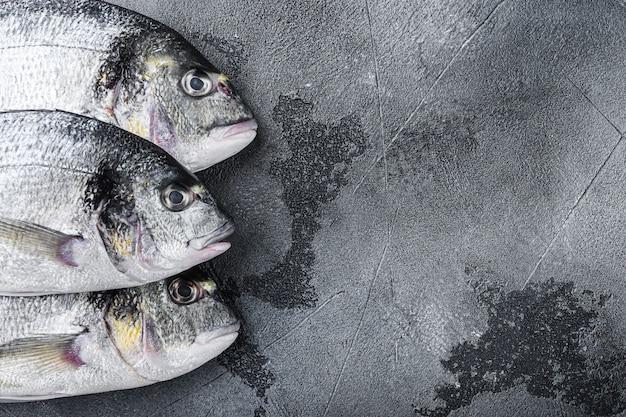Peixe dourado cru de três cabeças ou dourada dourada