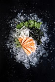 Peixe e atum no gelo em fundo preto. Foto Premium