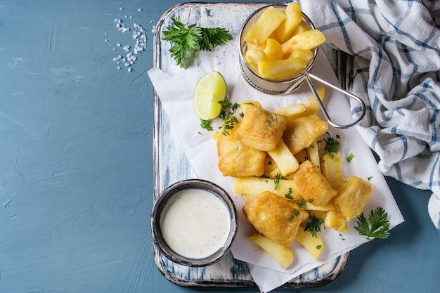 Peixe e batatas fritas com molho